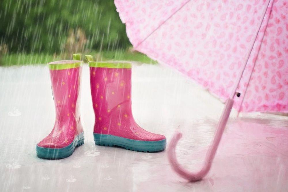 Co robić z dziećmi, gdy pada deszcz?
