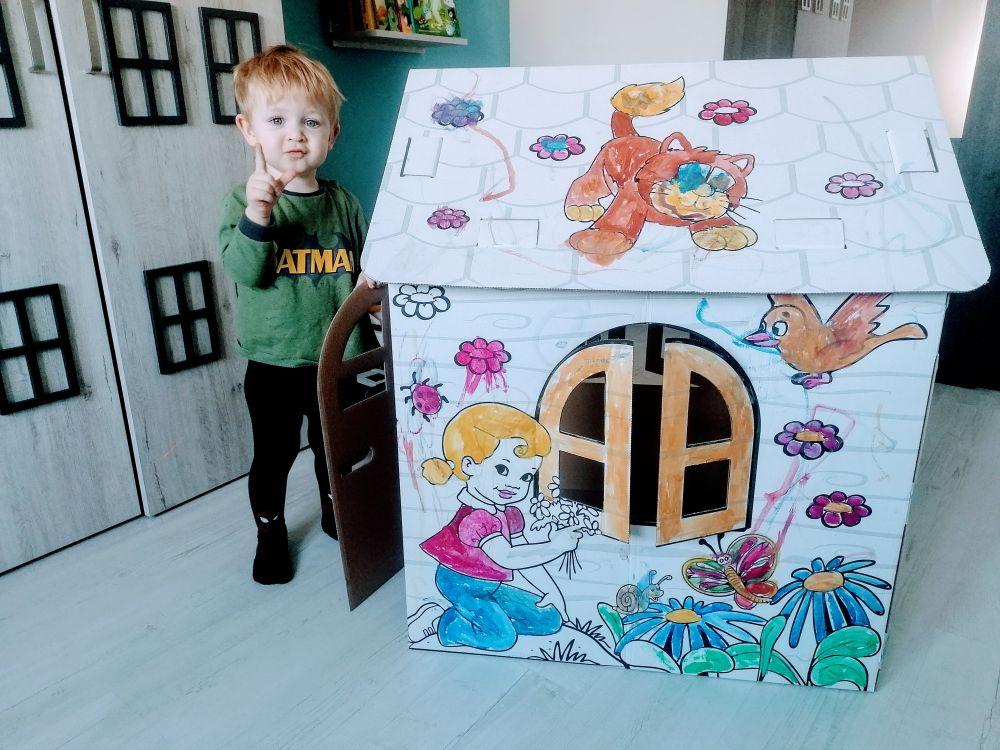 Kartonowy domek kolorową kryjówką dla dzieci