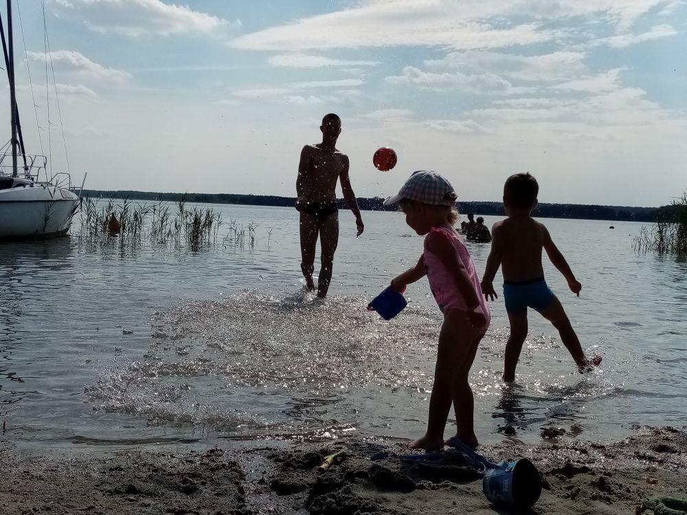 Z dziećmi nad jeziorem w wakacje